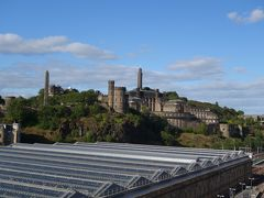 駅舎の向こうに見えるのが「エディンバラ城」。 絶景です!