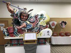 青森駅から浅虫温泉駅へ向かいます。 青森駅にも、ねぶたが展示されていました。