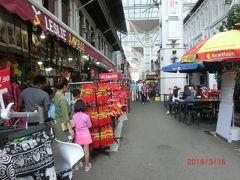 スミスストリートの香港油鶏飯麺でチキンライスを食べて、 テンプルストリート、パコダストリート、モスクストリートと 土産店や衣料店などを見ながら歩いてテロックアイヤー駅に行きました。 テンプルストリートにはチャイナらしい店が最も多く並んでいました。
