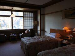 本日の宿は、宮ノ下の富士屋ホテル。  車のキーを預け、お兄さんの案内でフォレスト館の4階へ。アサインされたのは402号室。