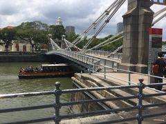 シンガポール川沿いにボートキーからマリーナベイサンズまで歩きました。 ボートキーから最初に渡るのがCavenagh Bridgeです。 歩行者専用のかわいい橋です。 リバークルーズ船が走っています。