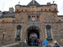 城門の入り口の左右には騎士の像。 日本の仁王門のような感じでしょうか?  さあ、チケットを購入して入場。