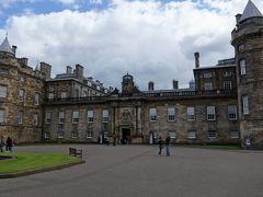 さて、今日も宮殿へ行きます。  「ホリルードハウス宮殿」です。 スコットランドにおける英国王室の宮殿で、王室メンバーがスコットランドを訪問するときはここに滞在するそうです。
