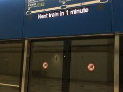 初めての香港空港です。 機内の座席を一番後ろにしたので隣もおらず広々使えましたが、もちろん降りるのは最後です。 誰かについて行こうにも運悪くターミナル連絡電車?で引き裂かれてしまいました。 こういう移動はKIXで一度しか経験がないのでドキドキしつつもひたすらイミグレーションの文字をたどって移動。  遠かった。 そして長蛇の列。 飛行機を降りてから入国まで1時間近くかかりました。 入国カードが複写になっていて渡されるので、ちゃんと保管しましょう。 あと、入国スタンプも押されませんでした。 スタンプっぽい紙を渡されましたが出国審査時に入国カードの写し同様回収されました。  制限エリアを出ると早速交通チケットを扱うカウンターがあるのでオクトパスカードを買いたかったのですが、キャッシュオンリーの為断念。 両替を済ませ、到着エリアの別カウンターで再挑戦。 やはりクレジットカードでの購入は出来なかったので現金で購入です。