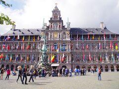 大聖堂を出ると世界遺産の鐘楼をもつルネサンス様式の「市庁舎」(Stadhuis van Antwerpen)がデーンと待ち構えてました。