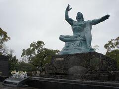長崎空港到着後、レンタカーを借りて平和公園に来ました。  平和祈念像です。 天を指す右手は原爆の脅威を、水平に伸ばした左手は平和を表現しているそうです。