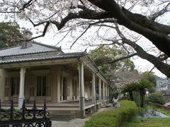東山手十二番館  桜が咲き始めていました。