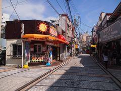 ここがメインストリート。 基地の街らしく、外観が日本離れしたお店もチラホラ。