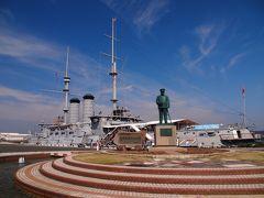 着いた!三笠公園。 あの銅像は東郷平八郎さん。 受験生時代は歴史にきょうみがなかったワタシでもお名前だけは存じておりました。 日露戦争でのロシアとの戦いを勝利に導いた海軍の司令長官ですね! 東郷さんの後ろにあるのが記念艦三笠。