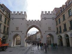 カールス広場のカールス門.旧市街地の入口でもある.