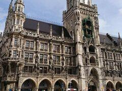 マリエン広場の新市庁舎前に到着.世界各国から様々な観光客が来ていて,みんな写真を撮っていた. 11時と12時に,塔に設けられたドイツ最大の仕掛け時計が約10分間動きだす.