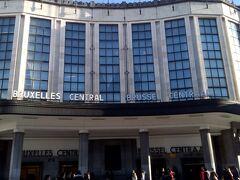 急行列車に乗って、20分ほどでブリュッセル中央駅に到着。 この駅はヴィクトール・オルタが設計したもので、ファサードが立派です。