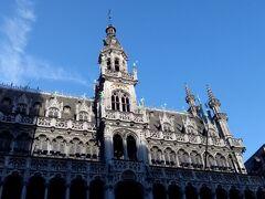 市庁舎の向いにある「王の家」。(市立博物館) パン市場があった場所に、カール五世/カルロス一世の命令で建設されたのにちなんで、こう呼ばれているそう。今ある建物は、19世紀に再建されたものだそうです。 建物上部のレースのような装飾にグッときます!