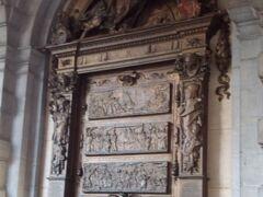 エチューヴ通りの延長にある通りが、グランプラスに突き当たる手前にある英雄・セルクラースの像。彼が暗殺されたとされるギルトハウス「星の家」の壁に横たわっています。 この像に触ると幸せになるという言い伝えがあるため、私が行った時にも順番待ちする人が多くいました。
