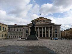 マックス・ヨーゼフ広場から見たバイエルン州立歌劇場.中央の銅像はマックス・ヨーゼフ1世像. この建物の左側にあるのがレジデンツだ.