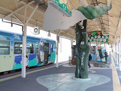 米子駅0番線、12:13分着。 境港駅発車時点では空席があったが、停車するたびに利用者が増え、撮影は諦める。