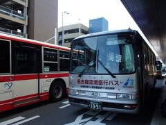 あいち航空ミュージアムから名古屋小牧空港へ。 最初は歩いて行くつもり(徒歩10分)でしたが、ちょうどバスが来ていたので乗車してしまいました。 小牧空港経由栄行き、空港までは100円。  空港から栄行きに多くの人が乗車していく中、ここで下車。