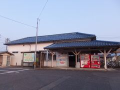 直江駅(旧)駅舎。 昔は駅舎からホームに入ることができたようですが、今は改札が塞がれていて駅舎としては使われていないようでした。 とは言え、人が入れるようになっていて使われている気配もあり。 地元の集会場や公民館的な使い方をされているのでしょうか?