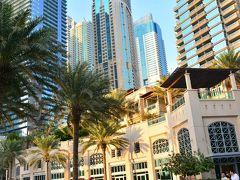 Dubai Marina  おやつタイムを終えたら、今度はイブニングカクテルタイムまでちょっと時間があるので、お腹空かせるためにもお出かけしなくちゃ! とか言いつつ面倒でタクシーでやって来たのはドバイマリーナ。 高層ビル群の前には南国椰子の木の道沿いに、豪華なヨットが並ぶザ・シティリゾートの風景。