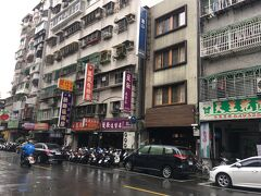 9:25 台北駅からタクシーに乗り今回の宿『建山大旅社』に到着  受付のお兄さんは中国語も英語もボロボロな上に旅慣れしていない私に嫌な顔一つせず丁寧に接してくれました。 シドロモドロな英語で窓がある部屋をリクエストしてしてみると、ok !と素敵な笑顔が。 わかりやすい英語で、傘を持っているか心配してくれました(傘も貸し出ししてくれる様です)  ホテルの心配も消え、スーツケースを預けて、迪化街探索!