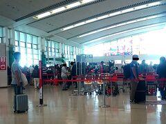 那覇空港。 荷物を預けるための列が凄いことになっていた。 奥の人だかりが見えるでしょうか。 あれ、1時間近くかかるんじゃない? (決して大げさではありません)  保安検査場も凄く混んでた。 帰りの便は全便満席表示。 春休み恐るべし。