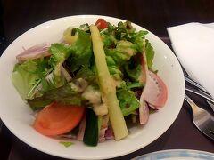 15時過ぎ。 羽田空港へ戻ってきて先ずは食事。  ヨシカミのハムサラダ。