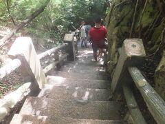 腹ごしらえをしたらいざグロットへ!! 116段の階段を、タンクを背負って降りていきます。  気分は修行僧(笑)