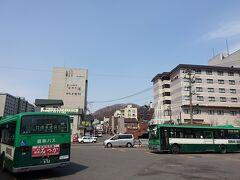登別駅からバスに乗って15分。温泉街に到着です。駅で往復券が620円で売ってます。