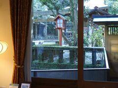 角部屋だが、眺望はあまり期待できない。 159号室からは熊野神社が目の前に。温泉の神様が祀られている。