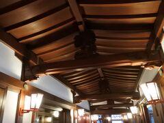 昭和5年竣工。メインダイニングへと続く廊下の梁の彫刻などは、日光東照宮御本社をモデルにしている。