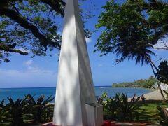 これがマゼラン上陸記念碑です。  これは世界一周航海中のポルトガル人の探検家のマゼラン上陸を記念して建てられた高さ約4mの石碑です。  彼が上陸したのは1521年ですから500年ほど前のことですが、太平洋のほとんど島のないところに忽然と現れたグアムの美しさに歓喜したことでしょうーー。