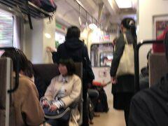 なんとか浜田で乗り継ぎができ、一席確保できました。車内の混雑状況は浜田からはこれ位です。  浜田駅 12:01着(21分遅れ)     12:02発(9分遅れ)