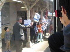 川戸駅につくと、旗をふって地元の人が出迎えてくれました。 なんだかうるっときます。