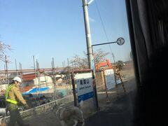尾関山駅にて。なぜかハスキー犬が駅名板つながれていました。 見送りに来られた方の犬かな?