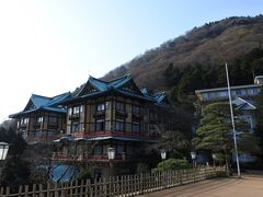 テラスへ。 箱根の朝はまだまだ冷える。  今回の部屋は花御殿。後方にそびえる浅間山(せんげんやま)は標高802m。
