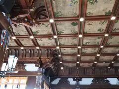 社寺建築を思わせる格天井には636種類の異なる高山植物が描かれている。