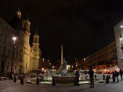 夜のPiazza Navona(ナヴォーナ広場)。