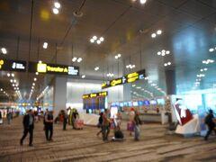 到着したシンガポール・チャンギ空港。右側に下り道があり、入国管理官への広い場所がある。  CIQ出口にある空港内ATMで、タクシー代等としての現地現金を入手する。  一桁間違ってS$500.-と多くの現金を下ろしてしまった。空港からオーチャードのホテル間のタクシー代は、S$40.-もあれば十分と聞く。  これからシンガポールドルを使い、夕食やショッピング等の支払いをする。勿論妻のお土産を買う事となる。  シンガポールは狭くて小さな国で、日本の淡路島位しかないので、かつてよく訪れたシンガポールの各種観光地を直ぐに見飽きてしまった。  海外勤務の時、3月に1度シンガポールかバンコックへ休養と日本食材の買い出しに来ていた。買い出しは、食材とそれを入れる発砲スチロール製箱の準備、日系のデパートが準備してくれる。その他には観光。観光地巡りに飽きると宿泊ホテルプールでのんびりと過ごすこととなった。