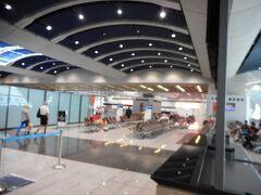 香港カイタッククルーズターミナル内。  1階へ降りると、スーツケース等が船室の各階毎にまた色付きタグ毎に置いてあり、スーツケースを取り税関入国手続きを終えると、ターミナル内左出口のタクシー乗り場に行く。