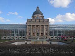 英国庭園から歩いてU6 Odeonsplatz駅へ向かう.写真は州政府事務所.