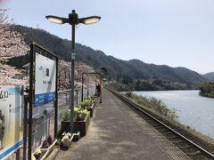 ここまで川が近い駅は珍しいと思うまるで下灘駅の川バージョン 周りの桜並木も素晴らしく景観はこのあたりが一番きれいだった この駅が無くなるのは実に残念