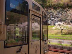人吉温泉1240 くまがわ鉄道 1324湯前  人吉温泉駅ホームで写真を撮っていたら、あっという間に乗車時間になってしまった。 こうしてお昼を食べそびれることはよくあることでして。 ゆえに一人旅が気楽でやめられなくなるんでしょうね。 次の目的地は市房ダム湖でござる。
