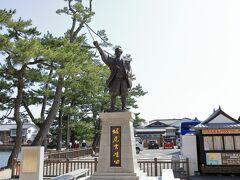 お城入口にある堀尾吉春公の銅像。  豊臣政権三中老の1人、松江の礎を築き、「松江開府の祖」。