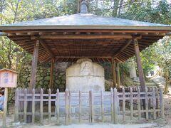 丘陵広場から下り、道後公園(湯築城跡)の北側に石造りの湯釜が展示されています。