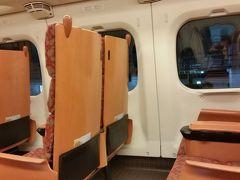 座席は横2-2でゆったりしています。  北海道・東北新幹線と同様、自動改札を通ると、座席のチェックも行われるようで、車掌さんが改めて検札に来ることはなく、煩わしくありません。