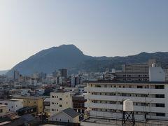 2018年3月31日(金)   部屋から見える景色 こちらは山だけど、もう一方はホテルの洗濯物干しのベランダでした。