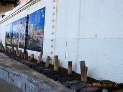 壁画の下の杭は両国の百本杭の再現です。