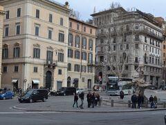 """ローマパスの有効期限が切れてしまったので、オッタビアーノ駅でATAC社24時間券を購入。""""ventiquattro ore!!(24時間)""""で通じる。駅員さんにっこり、ちょっと嬉しい。  メトロでバルベリーニへ。どっちへ行ったら良いのやら…ちょっと迷う。"""