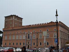 """Palazzo Venezia(ヴェネツィア宮殿) 入館料:第一日曜日のため無料開放  無料だと知り試しに入ってみます。イタリアがまだ""""イタリア""""でなかった頃、ヴェネツィア共和国の大使館だった建物で、戦時中はムッソリーニがここで演説をしていたとか。"""