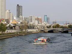 土佐堀川に観光客を乗せた船が、しょっちゅう行き来していました。